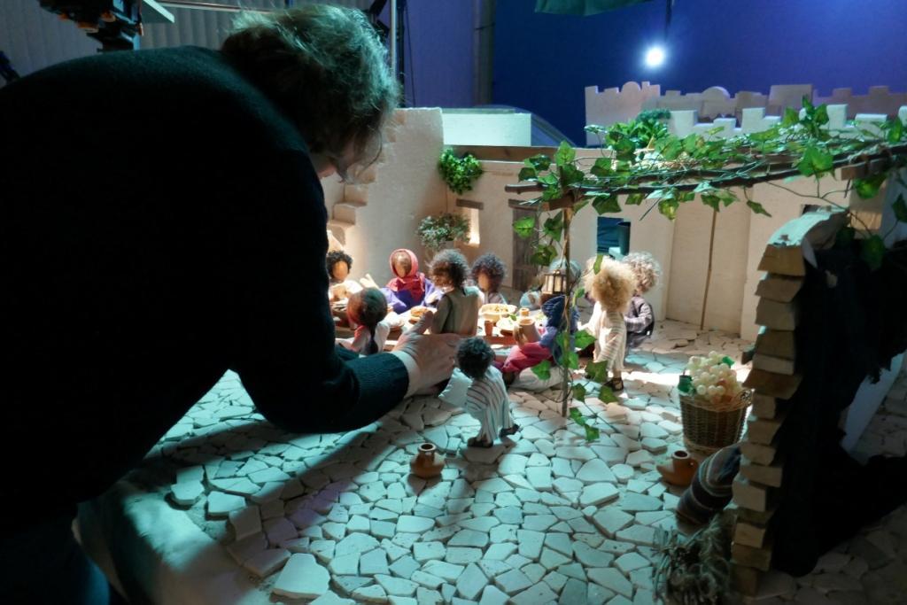 Die Figurenbauerin Elke Noeske stellt die Figuren in die Kulisse