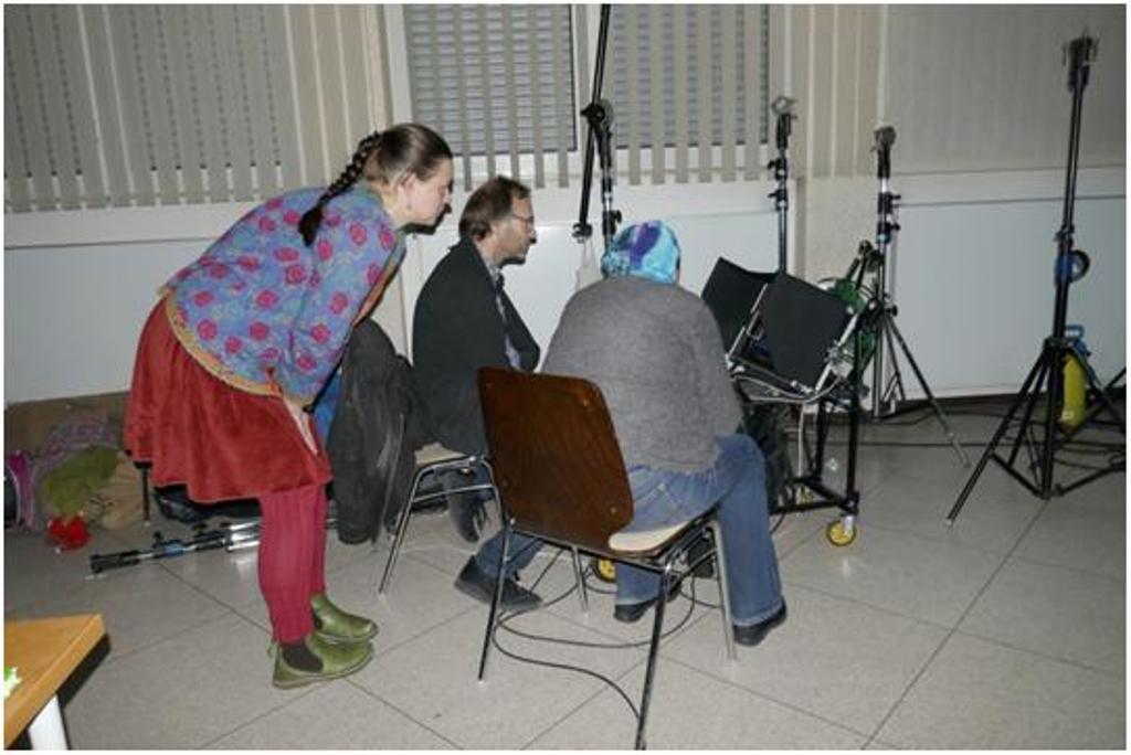 Josephine Hoffmann überprüft mit dem Kameramann Lothar Heinrich das Ergebnis